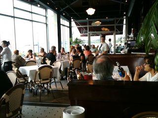 Une table pour deux critiques de restaurants le caf - Restaurant vaise tout le monde a table ...
